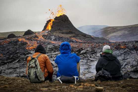 Los excursionistas aprovecharon la oportunidad para inspeccionar el área donde un volcán entró en erupción en Islandia. (Foto Prensa Libre: AFP)