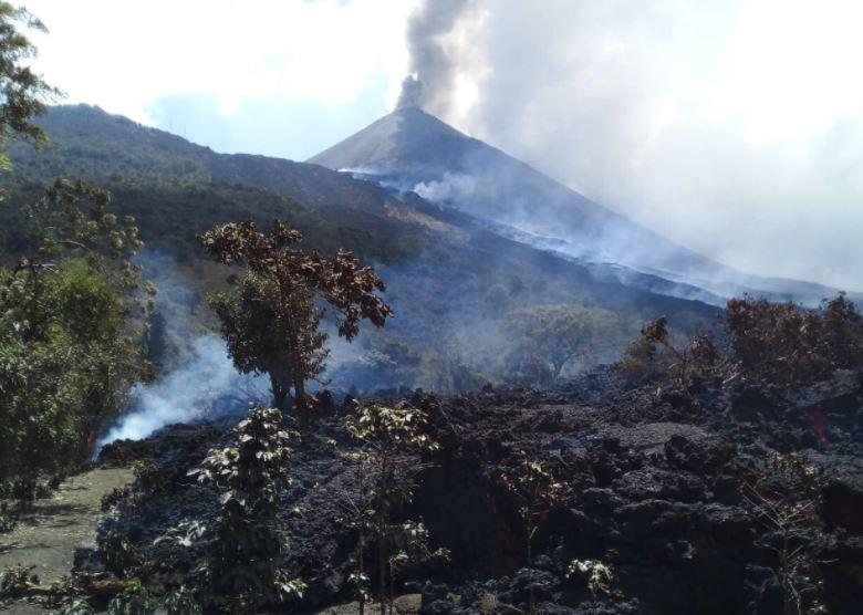 Fisura del Volcán de Pacaya se mantiene activa y cámara térmica mide flujo de lava