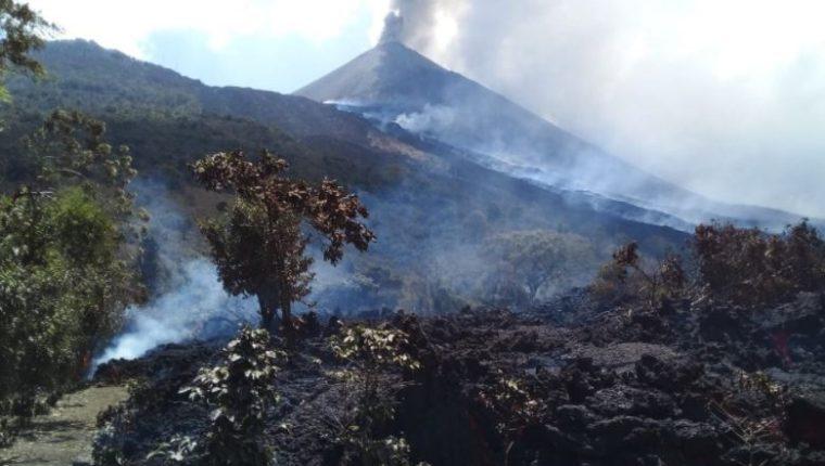 Conred continúa la vigilancia del flujo de lava vía terrestre y con drones. (Foto Prensa Libre: Conred)