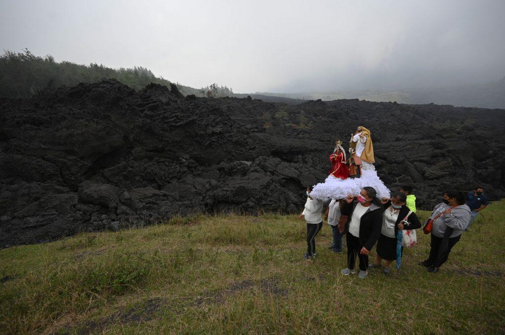 """""""Pedimos al Señor que nos ayude"""": plegarias y procesiones para aplacar la ira del Volcán de Pacaya"""