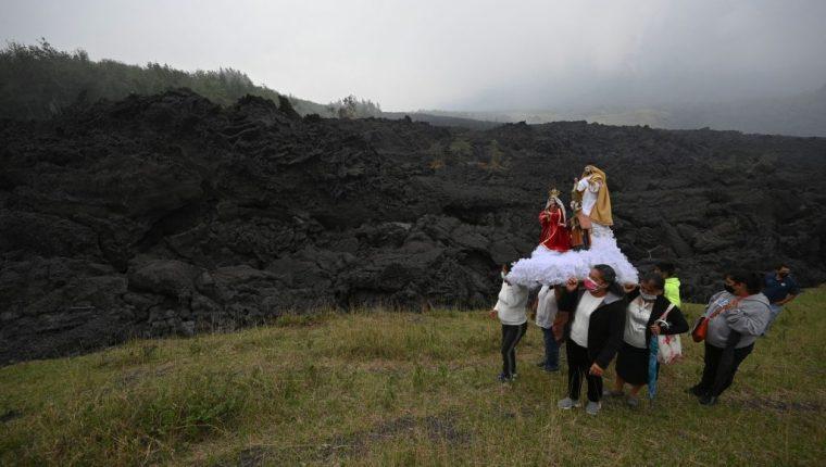 Residentes rezan durante una procesión que cese la actividad del Volcán de Pacaya. (Foto Prensa Libre: AFP)