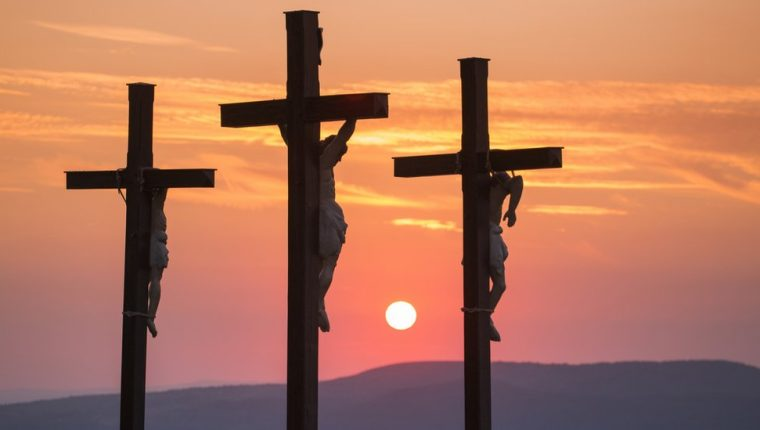 Dentro de la tradición cristiana, Jesús murió crucificado.
