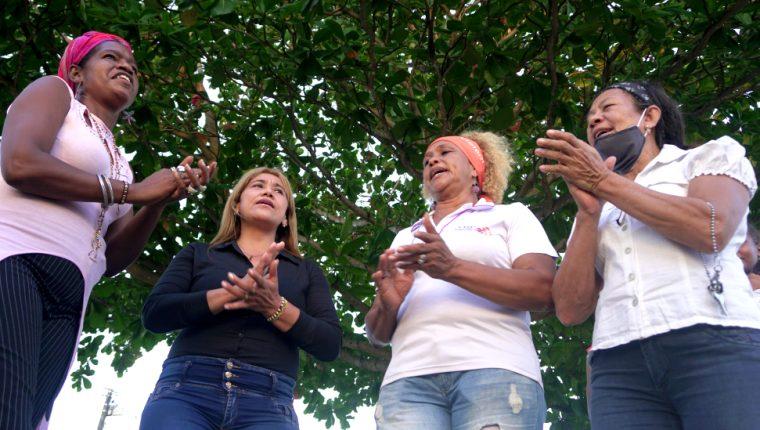 El liderazgo de estas mujeres, además de político, es cultural. Corean un canto que celebra libertad de los esclavos, el bullerengue.