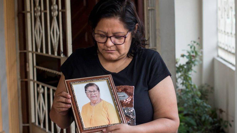 Coronavirus en Ecuador: la mujer que vive desde hace 10 meses con las cenizas de un desconocido en el garaje