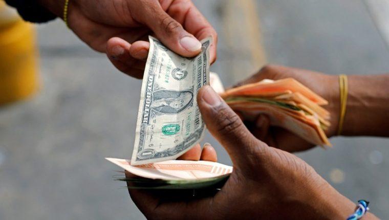 Los billetes de baja denominación de dólar escasean en Venezuela.