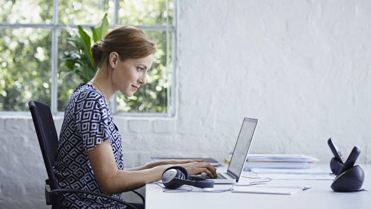 ¿Cuánto tiempo pasas al día sentado o sentada trabajando?