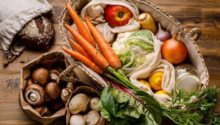Una correcta selección de alimentos puede protegernos contra enfermedades y también contribuir a la preservación del medioambiente. (GETTY IMAGES)