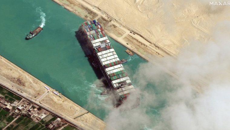 El carguero Ever Given, de 400 metros de largo, quedó varado en diagonal en el canal de Suez el 23 de marzo durante casi una semana, lo que provocó el bloqueo de una de las principales rutas marítimas comerciales del mundo. (GETTY IMAGES)