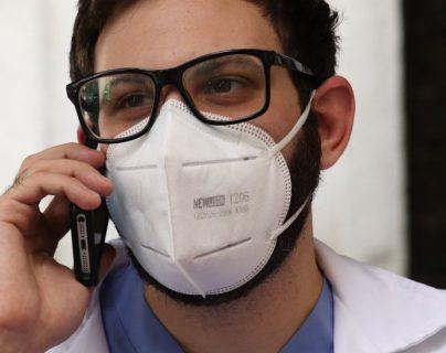 Coronavirus en Venezuela: los médicos voluntarios que tratan la covid-19 por teléfono ante la saturación en los hospitales