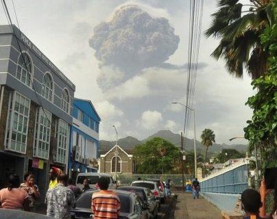 """Erupción del volcán La Soufriere: """"Tenemos más ceniza que agua"""", el primer ministro de San Vicente le relata a BBC Mundo la desesperación en la isla caribeña"""