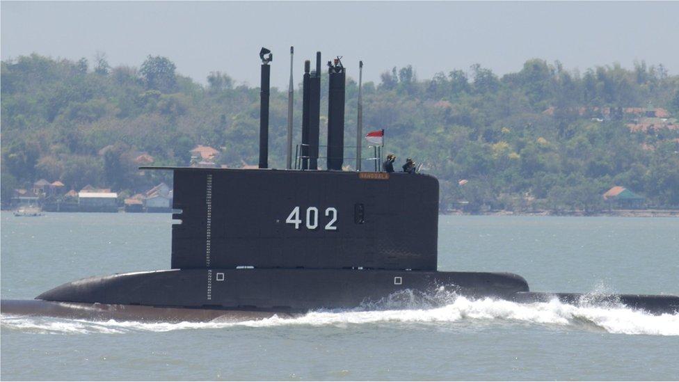 La desesperada búsqueda de un submarino con 53 tripulantes a los que les quedan pocas horas de oxígeno