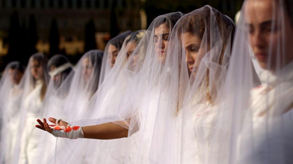 Los países en los que un violador puede evadir a la justicia casándose con su víctima (incluidos dos de América Latina)
