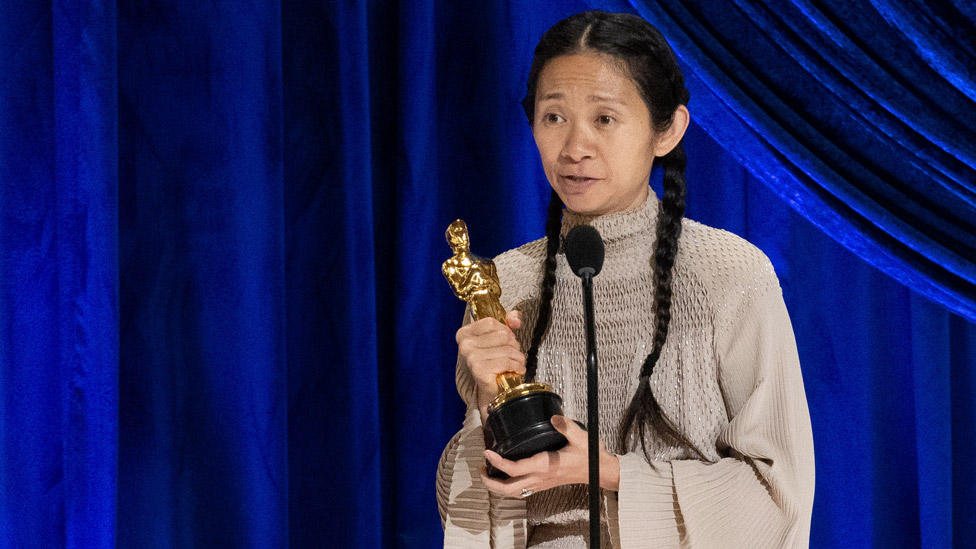 Oscars 2021: Quién es Chloé Zhao, la segunda mujer en la historia en ganar en la categoría mejor director