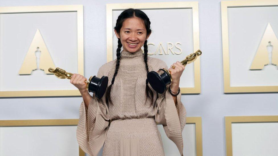 """Óscar 2021: por qué China """"silenció"""" la victoria de la directora pequinesa Chloé Zhao"""