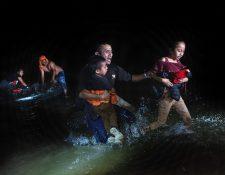 Migrantes llegan a Roma, Texas, Estados Unidos, al salir del Rio Grande en la frontera entre Estados Unidos y México. (Foto Prensa Libre: AFP)