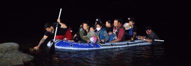 Migrantes llegan en balsa a Roma, Texas, frontera con México. (Foto: AFP)