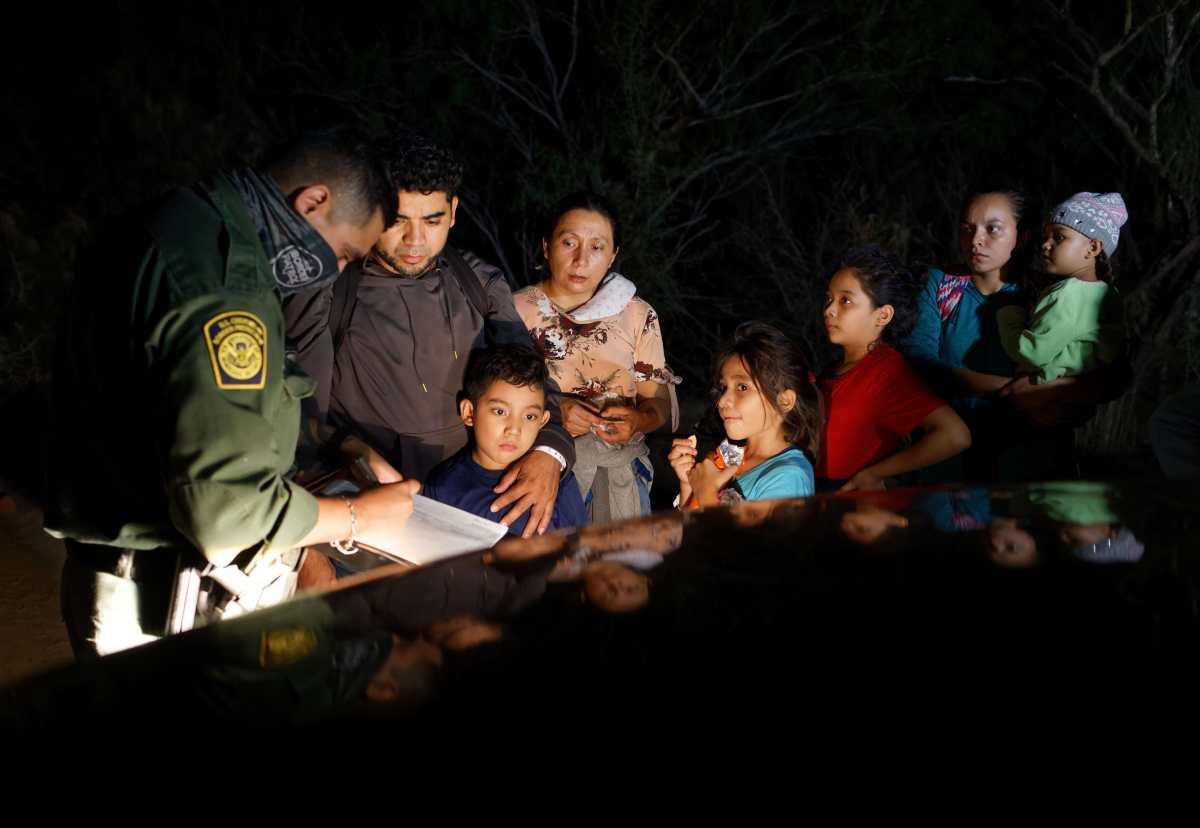 Un grupo de migrantes, entre ellos varios menores de edad, cruzan el Rio Bravo en Texas. (Foto Prensa Libre: AFP)