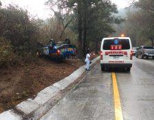 Vehículo policial derrapó por lo majado del asfalto, dijeron socorristas. (Foto: Bomberos Voluntarios de Antigua Guatemala)