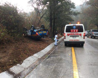 """""""El asfalto estaba mojado"""": agentes quedan heridos al volcar autopatrulla en ruta a Antigua Guatemala"""