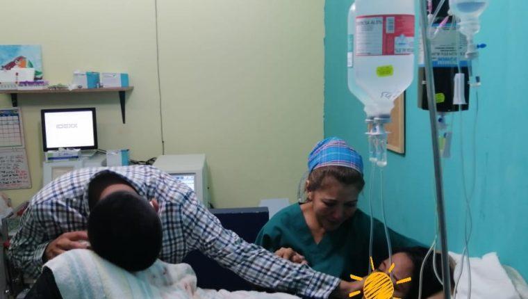 La mujer, que no fue identificada en la publicación, fue atendida por los médicos veterinarios el pasado 22 de abril. (Foto Prensa Libre: Vivian Marroquín / Facebook)