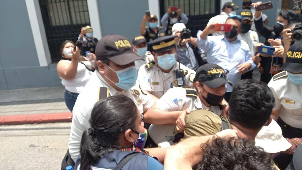 Video: manifestantes y policías se enfrentan frente al Congreso antes de la juramentación de magistrados de la CC