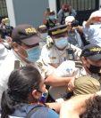 Los manifestantes intentan avanzar por el cerco policial, instalado frente al Congreso. (Foto Prensa Libre: Esbin García)