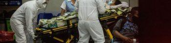 GU4002. CIUDAD DE GUATEMALA (GUATEMALA), 02/07/2020.- Paramédicos con equipo de protección para evitar el contagio de coronavirus ingresan a una mujer al área de emergencias del Hospital San Juan de Dios, el 1 de julio de 2020 en Ciudad de Guatemala (Guatemala). El Hospital General San Juan de Dios de Guatemala, uno de los dos más importantes del país, no tiene más disponibilidad para atender a pacientes por COVID-19, según informaron este jueves diversas fuentes. El hospital ha ocupado las 140 camas destinadas para atender la COVID-19, de acuerdo a un reporte de la Comisión Presidencial de Atención a la Emergencia de COVID-19, y según constató EFE este jueves, ha dividido su entrada entre pacientes con coronavirus y emergencias por otras enfermedades. EFE/Esteban Biba