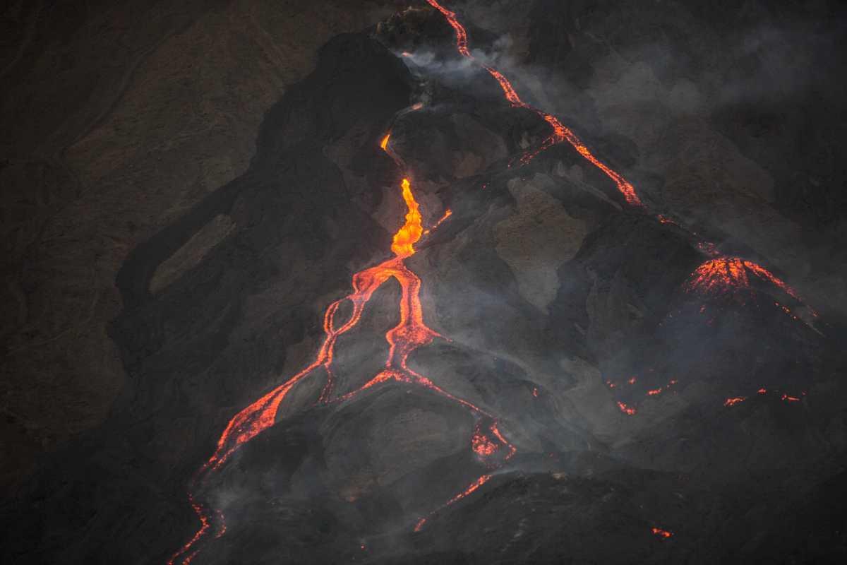 Volcán Pacaya cumple 60 días en erupción, continúa lanzando ceniza y los flujos de lava no se detienen