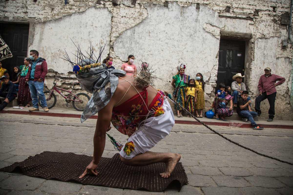 Los cinco kilómetros de dolor y penitencia para los católicos en Guatemala