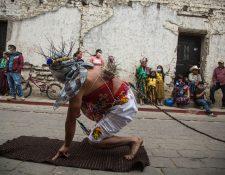 """La tradición de los """"gateadores"""" se realiza el Viernes Santo, en el municipio de San Andrés Sajcabaja, en  Quiché. (Foto Prensa Libre: EFE)"""