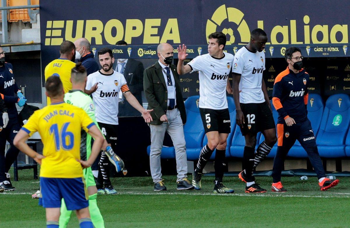 Jugadores del Valencia abandonan brevemente la cancha en Cádiz al denunciar insultos racistas