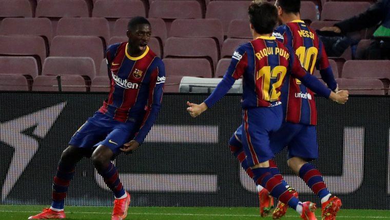 El delantero francés del FC Barcelona Ousmane Dembélé  celebra su gol, primero y único del partido ante un complicado Valladolid. Foto Prensa Libre: EFE.