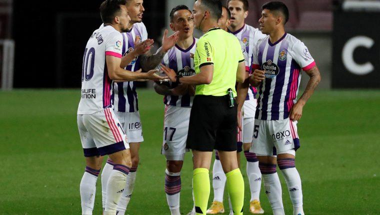 Los jugadores del Real Valladolid encaran al árbitro Jaime Latre. Foto Prensa Libre: EFE.