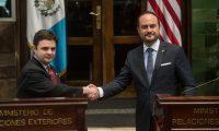 -FOTODELDIA- AME8028. CIUDAD DE GUATEMALA (GUATEMALA), 06/04/2021.- El enviado especial de Estados Unidos para el Triángulo Norte de Centroamérica, Ricardo Zúñiga (i), saluda hoy al canciller de Guatemala, Pedro Brolo (d), durante una reunión en el Ministerio de Relaciones Exteriores, en Ciudad de Guatemala (Guatemala). Zúñiga se encuentra en una gira de cuatro días que también lo llevará a El Salvador para abordar las causas de la migración irregular a Estados Unidos, que se ha recrudecido en los últimos meses según cifras oficiales de la nación norteamericana. EFE/Esteban Biba
