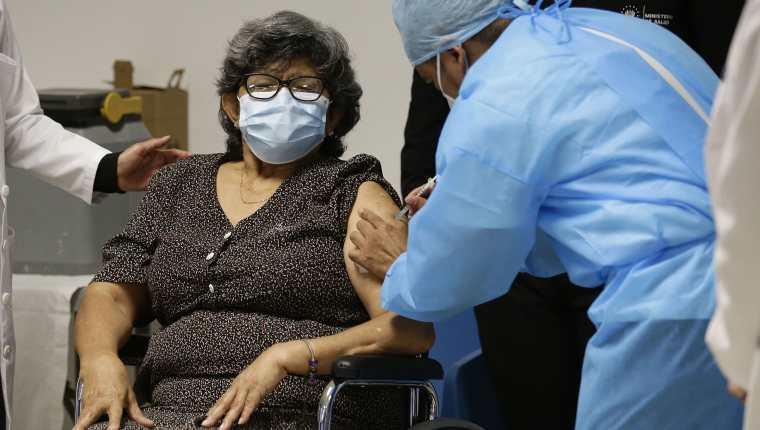 Proceso de vacunación en El Salvador. (Foto Prensa Libre: EFE)