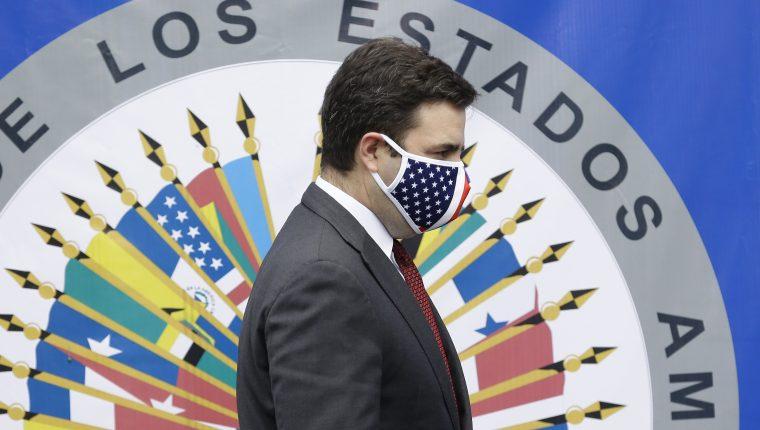 El enviado especial de Estados Unidos para el Triángulo Norte de Centroamérica, Ricardo Zúñiga, participa en una conferencia de prensa durante su visita a El Salvador. (Foto Prensa Libre: EFE)