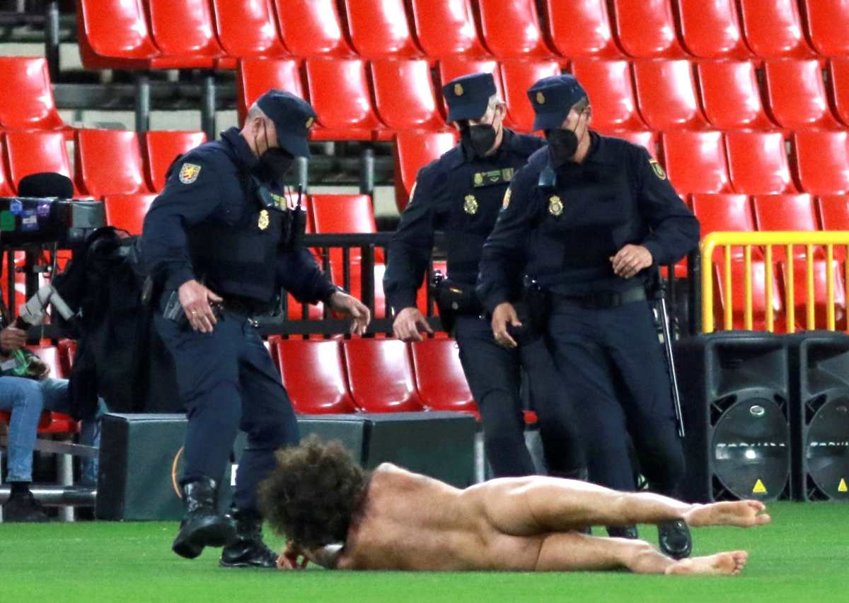 Granada vs Manchester United: Hombre desnudo invadió la cancha en pleno juego por la Europa League