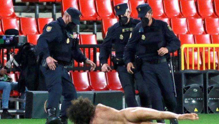 Un espontáneo ha saltado desnudo al terreno de juego, durante el partido de ida de los cuartos de final de la Liga Europa entre el Granada y el Manchester United que disputan esta noche en el estadio Nuevo Los Cármenes. Foto Prensa Libre: EFE.