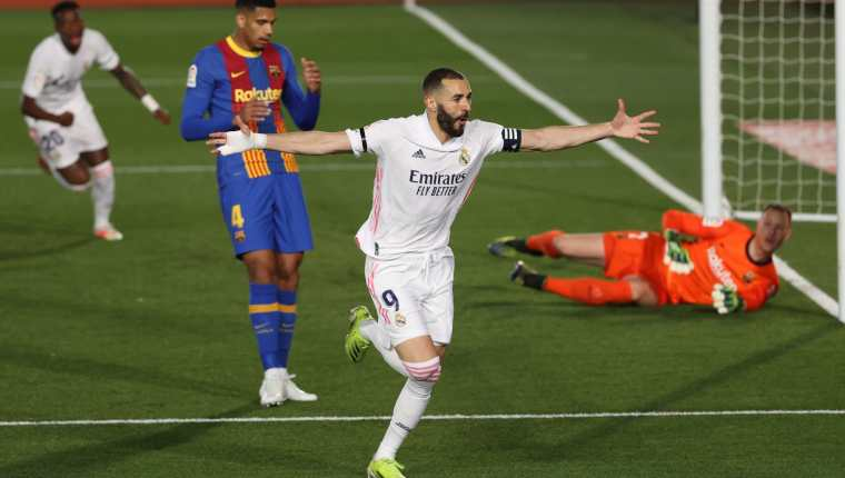 Karim Benzema celebra su gol, primero del equipo ante el FC Barcelona, durante el partido de la jornada 30. (Foto Prensa Libre: AFP).