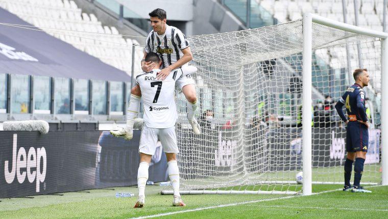 Alvaro Morata cele bra con Cristiano Ronaldo  después de anotar el 2-0 de la  Juventus FC contra el Genova. (Foto Prensa Libre: EFE).