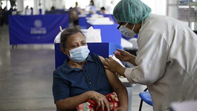 Una mujer recibe la vacuna contra la covid-19 en el centro de vacunación del Hospital El Salvador, en San Salvador, El Salvador). (Foto Prensa Libre: EFE)