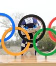Mascota de los próximos Juegos Olímpicos tokiotas, Miraitowa, posa con los anillos olímpicos instalados en la cima del monte Takao, en el oeste de Tokio. Foto Prensa Libre: EFE