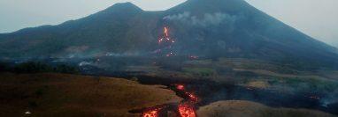Vista aérea desde un dron que muestra los ríos de lava causados por las recientes erupciones del volcán de Pacaya, el 13 de abril de 2021 desde la aldea El Patrocinio de San Vicente Pacaya, Escuintla. (Foto Prensa Libre: EFE)