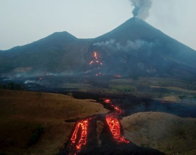 Lava del Volcán de Pacaya está a 250 metros al Este de El Rodeo y a 370 metros las primeras casas de El Patrocinio