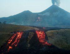 Fotografía tomada con un dron muestra el avance del flujo de lava del Volcán de Pacaya. (Foto Prensa Libre: EFE)