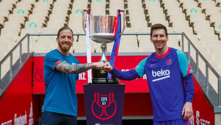 El capitán del FC Barcelona, Leo Messi y el del Athletic de Bilbao, Íker Muniain posan junto con la Copa antes de disputar mañana sábado la final de la Copa del Rey de fútbol en el estadio de la Cartuja de Sevilla. Foto Prensa Libre: EFE.