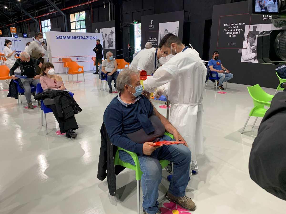 Italia comienza a administrar la tercera dosis de la vacuna contra el covid-19 a grupos que necesitan ayuda para su sistema inmunológico