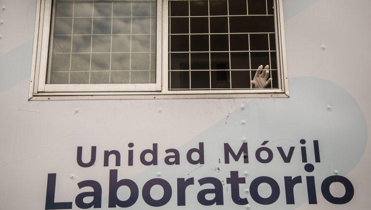 """Una persona saca la mano en un laboratorio móvil en el mercado """"El Guarda"""". (Foto Prensa Libre: EFE)"""