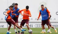 Madrid (Spain), 26/04/2021.- A handout photo made available by RealMadrid.com shows Real Madrid's wingers Eden Hazard (R) and Marco Asensio (C), midfielder Carlos Henrique Casemiro (L) and defender Nacho Fernandez (2-L) in action during a training session at Valdebebas' Sports City in Madrid, Spain, 26 April 2021, on the eve of their UEFA Champions League first leg semifinal soccer match against Chelsea FC. (Liga de Campeones, España) EFE/EPA/realmadrid.com / HANDOUT HANDOUT EDITORIAL USE ONLY ONLY AVAILABLE TO ILLUSTRATE THE ACCOMPANYING NEWS (MANDATORY CREDIT)/NO SALES HANDOUT EDITORIAL USE ONLY/NO SALES