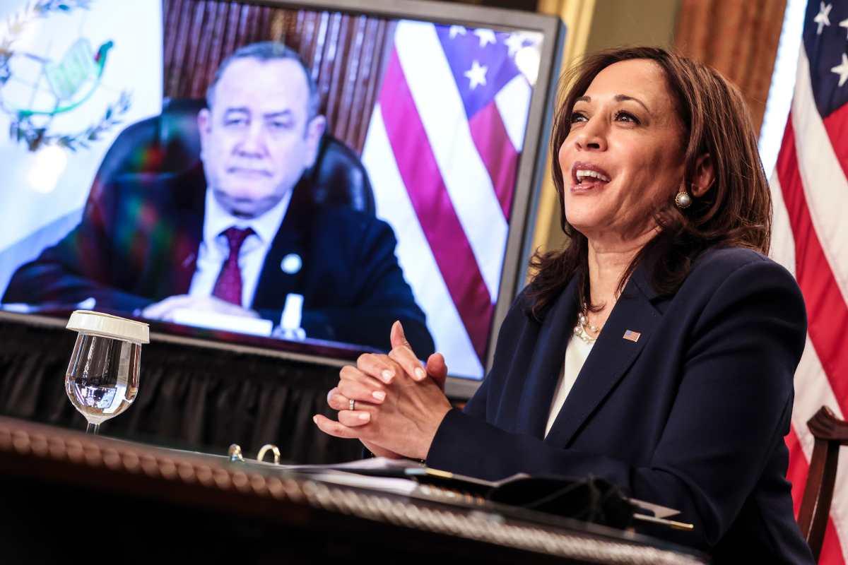 La vicepresidenta de EE. UU., Kamala Harris, habló con el presidente Alejandro Giammattei, justo el día en que el Departamento del Tesoro reveló las sanciones contra Gustavo y Felipe Alejos. (Foto Prensa Libre: EFE)